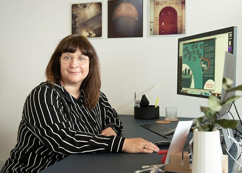 Nadine Alles-Berberich am Schreibtisch